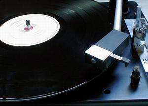 Turntable_with_LP_and_needle.jpg